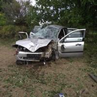 Összetört autó az útról lehajtva.