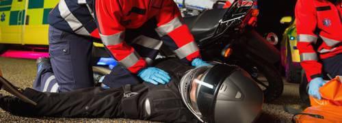 Motorbalesetet szenvedett motoros újraélesztés előtt. Minden felszerelés rajta van, a sisak is.