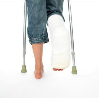 Mankóval közlekedő törött lábú személy.