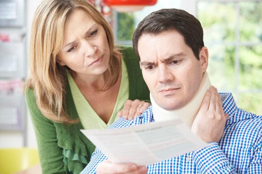 Pár, aki levelet olvas a férj nyaki sérülésével kapcsolatban