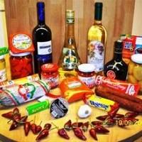 Boltban vásárolt termékek az asztalon.