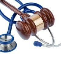 Bírói kalapács és orvosi sztetoszkóp.