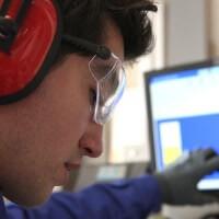 A dolgozó a megfelelő zajvédelmet választotta a halláskárosodás elkerülése érdekében.