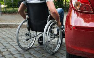 Mozgássérült megközelíti az autóját.