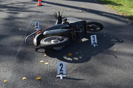 Helyszínelés nyomai látszanak a balesetet szenvedő motoron és környezetén.