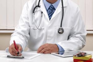 Orvos ambuláns papírt tölt ki.